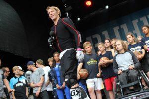 Moderator Simon Gosejohann und junge Sportler der Ruhr Games. (Foto: Björn Othlinghaus)