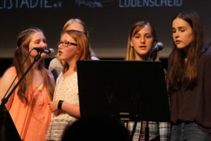 Einige Sängerinnen der Richard-Schirrmann-Realschule. (Foto: Björn Othlinghaus)