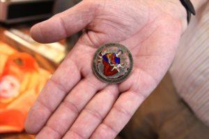 Horst Riedel aus Hemer hatte sakrale Schätze mitgebracht, darunter diesen zu einer Brosche umgearbeiteten Maria-Theresien-Thaler. (Foto: Björn Othlinghaus)