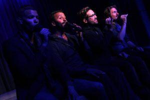 Bei einer der Zugaben nahm das Quintett am Bühnenrand Platz. (Foto: Björn Othlinghaus)