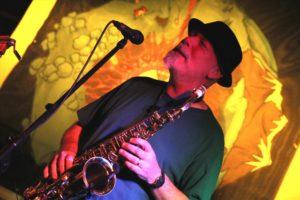 Saxophonist Rudolf F. Nauhauser, Bandmitglied bei Binyo. (Foto: Björn Othlinghaus)