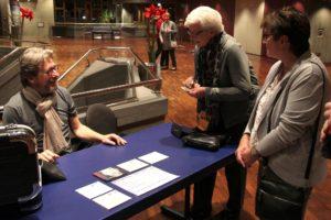 Autogrammwünsche erfüllte der Musiker und Schauspieler gern. (Foto: Björn Othlinghaus)