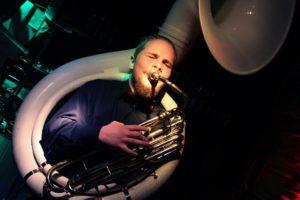 Marc Hewitt am Sousaphon. (Foto: Björn Othlinghaus)