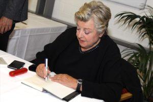 """Marie-Luise Marjan signierte an diesem Abend nicht nur den Krimi """"Pumpernickelblut"""" mit, sondern auch ihr eigenes Buch """"Ganz unerwartet anders"""". (Foto: Björn Othlinghaus)"""