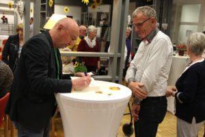 Herbert Knorr widmete sich nach der Veranstaltung den zahlreichen Zuschauern für persönliche Worte und eine Signatur im Buch. (Foto: Björn Othlinghaus)