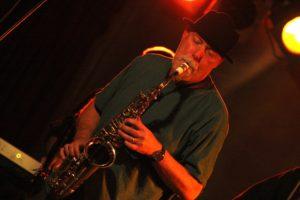 Saxophonist Rudolf F. Nauhauser war sowohl bei HonigMut als auch bei Binyo mit dabei. (Foto: Björn Othlinghaus)