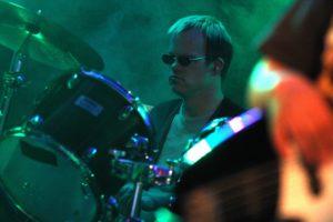Robert Kaiser gibt am Schlagzeug den Rhythmus vor. (Foto: Björn Othlinghaus)