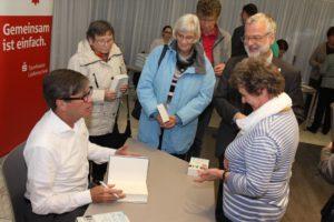 Viele ließen sich ihre Bücher am Ende der Lesung signieren und wechselten noch einige Worte mit dem Autor.(Foto: Björn Othlinghaus)