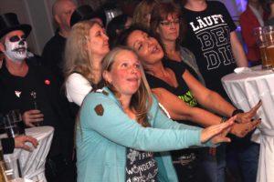 Patrizia Camassa (rechts) feierte nicht nur im Publikum, sondern hatte auch bei den C.A.T. Lucky Frogs auch einen Auftritt als Sängerin. (Foto: Björn Othlinghaus)