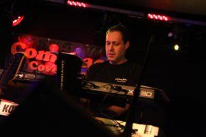 Keyboarder Jorge Ribeiro griff hin und wieder auch mal zum Saxophon. (Foto: Björn Othlinghaus)