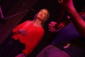 Sängerin Hannah Kramer unterstütze die Formation Sonnabend. (Foto: Björn Othlinghaus)