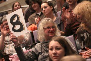 Wie beim Poetry-Slam üblich setzte sich die Jury aus Zuschauern zusammen. (Foto: Björn Othlinghaus)