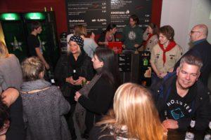 Aus dem kürzlich geschlossenen Club Johnny Mauser wurden einige Einrichtungsgegenstände, darunter die Bar, Bestandteil der Ausstellung. (Foto: Björn Othlinghaus)