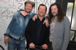 Jean-Luc Bubert mit Museumsleiter Dr. Eckhard Trox und Künstler Tom Groll, einem der Initiatoren der Home-Ausstellung im Museum Lüdenscheid. (Foto: Björn Othlinghaus)