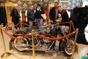 Ein pompööses Geschenk für einen, der schon alles hat: eine von Harald Glööckler gestaltete Harley mit 20000 Swarowski-Kristallen (Unikat, Preis 129.000 Euro), zu erwerben im Pompöös Pop ART Store Bochum. (Foto: Björn Othlinghaus)