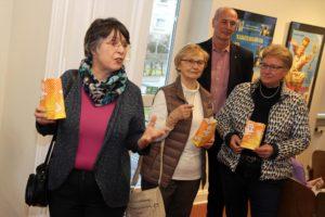 Auch die stellvertretende Halveraner Bürgermeisterin Regina Reininghaus (links) war zur Ausstellungseröffnung gekommen. (Foto: Björn Othlinghaus)