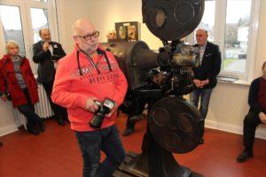 Peter Herzog von der Bürgerstiftung Halver machte aus dem Fotomaterial von Jana Eilhardt eine filmische Collage, die in der Ausstellung zu sehen ist. (Foto: Björn Othlinghaus)