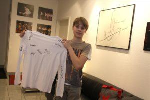 Olivers Kollegen beim Ballett in Dortmund haben sich auf einem T-Shirt verewigt. (Foto: Björn Othlinghaus)