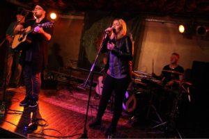 """Nando Andreas und Melina Fuhrmann, die beiden Initiatoren von """"Kunst gegen Bares"""" in Lüdenscheid, sind als Singer-Songwriter-Duo HonigMut bekannt. (Foto: Björn Othlinghaus)"""
