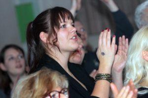 Zuschauerin beim Konzert der beiden Bands. (Foto: Björn Othlinghaus)