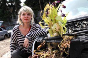 Da wächst was aus dem Fahrzeug: Künstlerin Sandra Letzing hat ein Schrott-Auto verschönert. (Foto: Björn Othlinghaus)