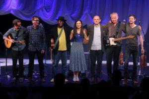 Gemeinsam verabschiedeten sich alle Künstler vom Publikum. (Foto: Björn Othlinghaus)