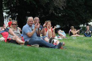 Entspannt konnten die Gäste im Park der Humboldt-Villa den Nachmittag genießen. (Foto: Björn Othlinghaus)