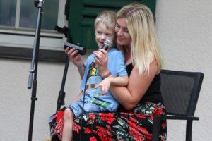 Melina Fuhrmann sang zusammen mit dem 5-jährigen Louis, der fast alle HonigMut-Texte auswendig kann. (Foto: Björn Othlinghaus)