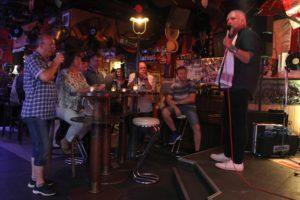 Entertainer Simon Krebs konnte sein Publikum mit Songs von Elvis und seinen Zeitgenossen begeistern. (Foto: Björn Othlinghaus)
