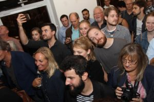 In der Nordstadt-Galerie in Dortmund passte bei der Premierenfeier kein Blatt mehr zwischen die zahlreich erschienenen Gäste. (Foto: Björn Othlinghaus)