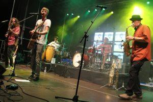 Binyo mit Frontmann Robin Brunsmeier traten in großer Besetzung an. (Foto: Björn Othlinghaus)