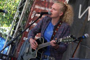 Straßenmusikerin Siiri hatte bei den Wingenfelder-Brüdern einen Stein im Brett. (Foto: Björn Othlinghaus)