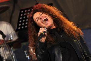 """Katrin Schmitt sang Nina Hagens Klassiker """"Ich glotz TV"""". (Foto: Björn Othlinghaus)"""