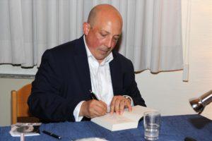 """Den neuen Roman """"Schmerzmacher"""" konnten die Fans noch vor der offiziellen Veröffentlichung am 1. Oktober 2018 erwerben und ihn vom Autor signieren lassen. (Foto: Björn Othlinghaus)"""