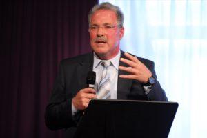 Lüdenscheids Bürgermeister Dieter Dzewas sprach vor der Aufführung ein Grußwort. (Foto: Björn Othlinghaus)