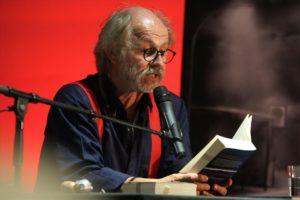Das eigentliche Lesen nimmt bei Klaus-Peter Wolf eher einen geringen Teil der Zeit ein. Viel länger wird erzählt, geplaudert, gelacht und Musik gemacht. (Foto: Björn Othlinghaus)