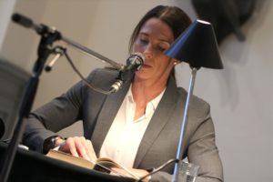 """Anna Tell präsentierte ebenfalls ein Erstlingswerk, und zwar ihren Roman """"Vier Tage in Kabul"""". (Foto: Björn Othlinghaus)"""
