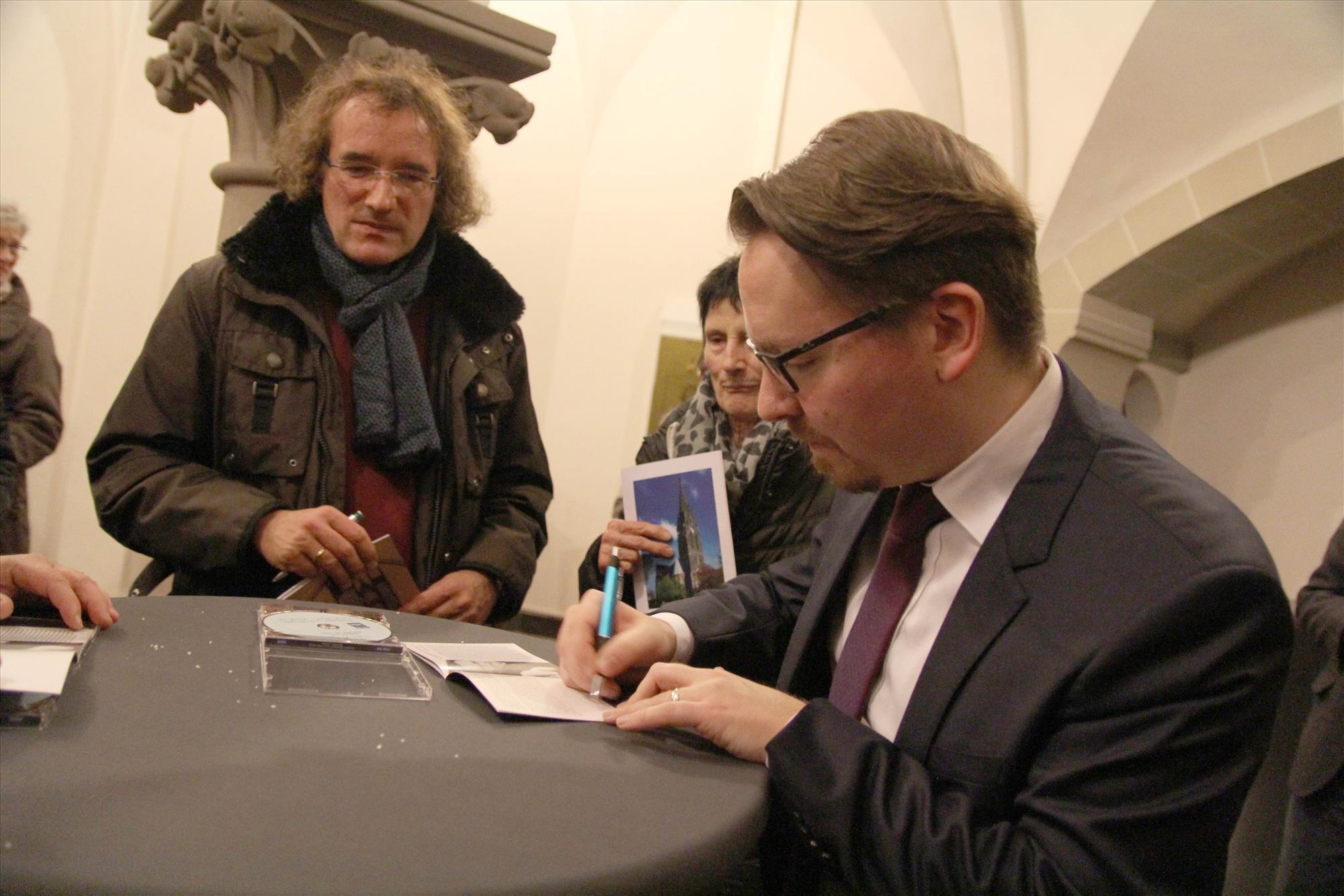 Nach dem Konzert signierte Felix Hell gerne für die Anhänger sein Album. (Foto: Björn Othlinghaus)