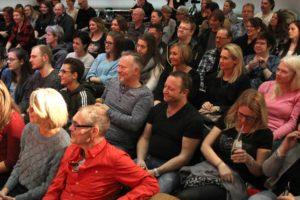 """Das Publikum kam auch bei der dritten Veranstaltung von """"Kunst gegen Bares"""" in großer Zahl. (Foto: Björn Othlinghaus)"""