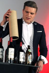 Magier Timothy Thomson zauberte das ultimative Weinpaket - mit einer Flasche Bier als Zugabe. (Foto: Björn Othlinghaus)