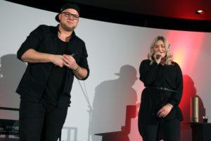 """Die beiden Musiker Nando Andreas und Melina Fuhrmann sind die Veranstalter von """"Kunst gegen Bares"""" in Lüdenscheid. (Foto: Björn Othlinghaus)"""