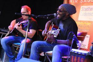 Ras Flabba und Band sorgten für Roots Reggae vom Feinsten. (Foto: Björn Othlinghaus)