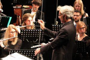 Johannes Stert leitet das Orchester. (Foto: Kathrin Klein)