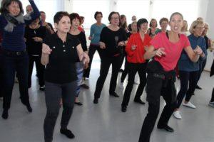 Auch ältere Menschen jenseits der 60 können und wollen sich kreativ tänzerisch ausdrücken. (Foto: Björn Othlinghaus)