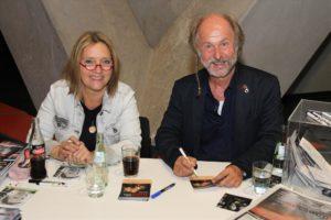 Auf Lesungen sorgen Klaus-Peter Wolf und Bettina Göschl stets dafür, dass restlos alle Fans mit Autogrammen versorgt werden. (Foto: Björn Othlinghaus)