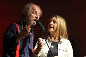 Einfach nur etwas vorlesen ist Wolfs Sache nicht. Gerne singt er auf Lesungen auch mal ein Lied zusammen mit seiner Frau Bettina Göschl. (Foto: Björn Othlinghaus)