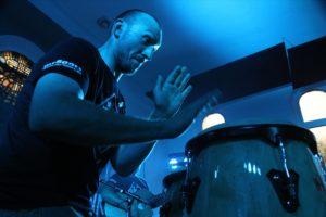 Neben dem Gesang ist Christian Breddermann im Duo für die Percussion zuständig. (Foto: Björn Othlinghaus)