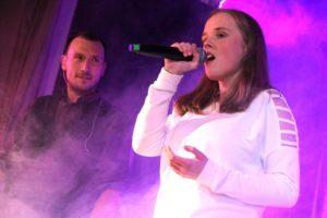 Oft treten Breddermann auch mit Gastmusikern auf, hier mit Sängerin Marleen Türk. (Foto: Björn Othlinghaus)