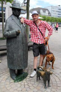 Falko mit Onkel Willi in seiner Heimatstadt Lüdenscheid. (Foto: Björn Othlinghaus)