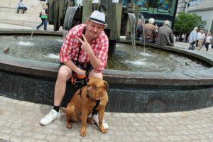 Falko Ochsenknecht mit seinem Hund Emma auf dem Sternplatz in Lüdenscheid. (Foto: Björn Othlinghaus)